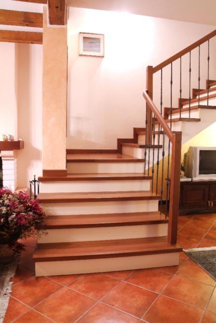 Rivestimento scala in legno di noce rivestimenti scala a rivestimenti d m d scale - Rivestimento in legno per scale ...