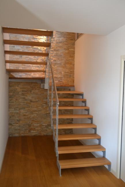 Scala in acciaio verniciato con gradini in legno scale - Scale di casa ...