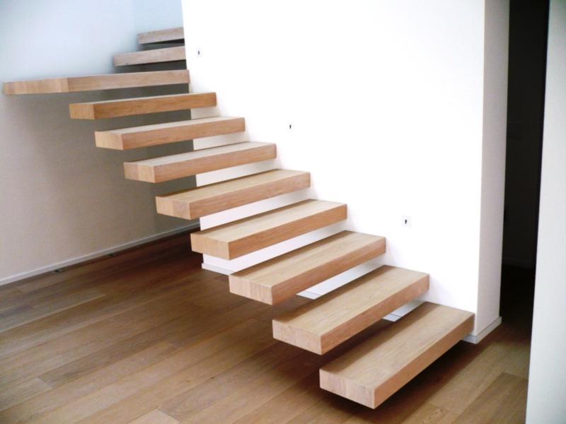 Scala a sbalzo con gradino a muro scale con struttura in - Scale autoportanti in legno ...