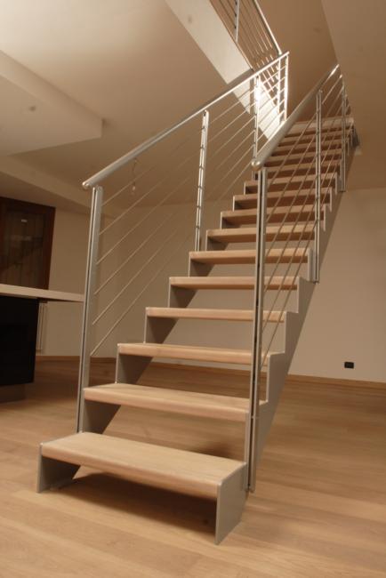 Scala con struttura taglio laser in acciaio verniciato e gradini in legno scale con struttura - Scale di ferro ...