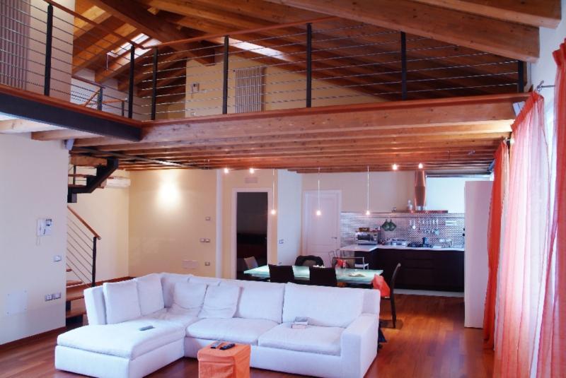 Popolare soppalco in legno massello di lamellare abete | Rivestimenti e  RE54
